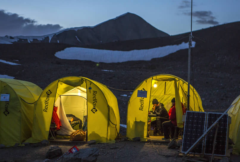 На дистанции есть три штурмовых лагеря. На высотах 4400 метров, 5300 метров и 6100 метров. Обычные альпинисты здесь отдыхают. Участники гонки проскакивают их на полном ходу. Иногда могут выпить несколько глотков чая