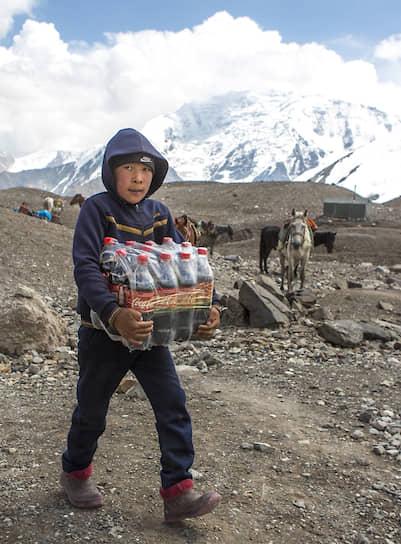 Работу по доставке груза в лагерь местной население считает престижной