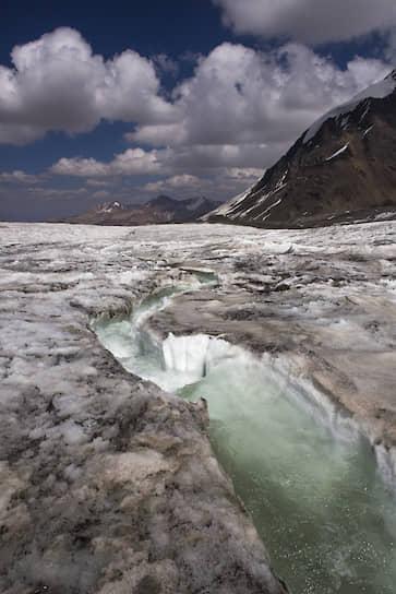 Ледник в самом начале дистанции пересекают речки