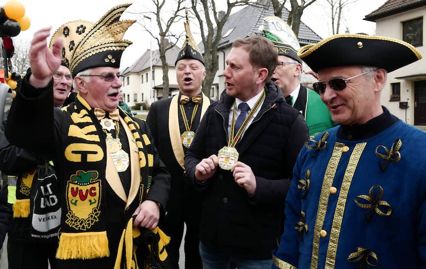 Даже на встречах с организаторами карнавалов премьер Саксонии Михаэль Кречмер (в центре) боролся за избирателя