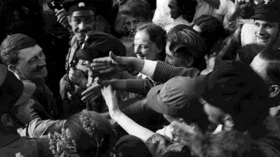 Популярность Гитлера в массах поддерживали дипломатические успехи: он добивался, чего хотел