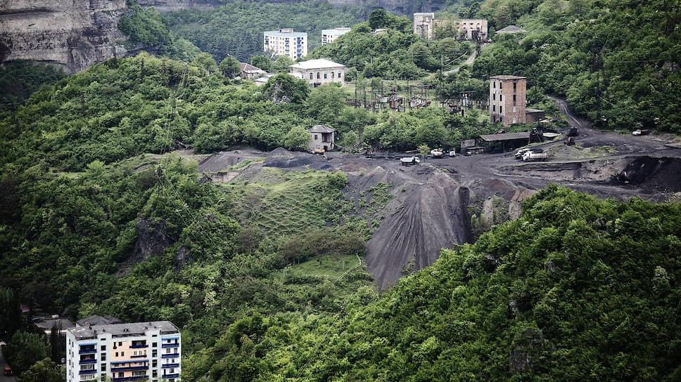 Город вырос в красивейшем месте и — на марганцевых рудниках