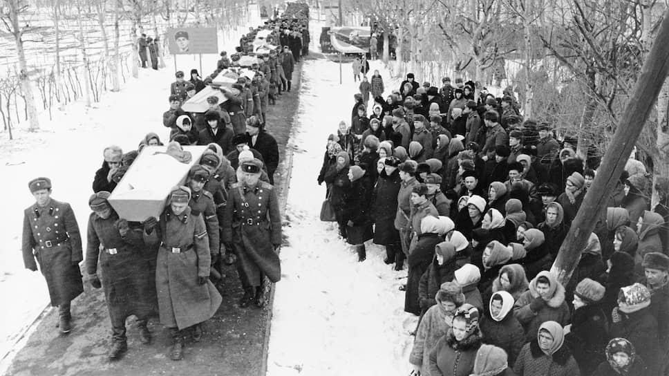 Траурная процессия с гробами погибших в ходе пограничного конфликта на острове Даманский в марте 1969-го
