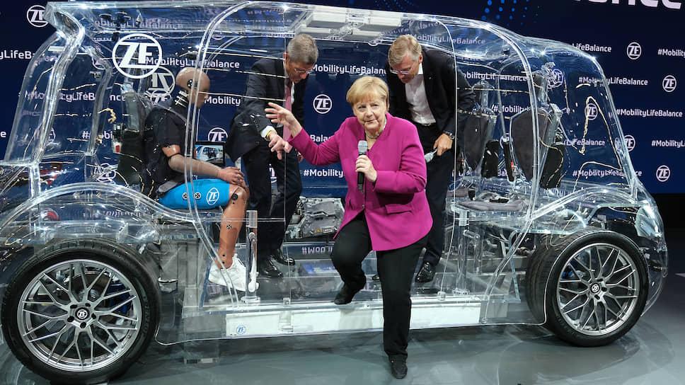 Канцлер Меркель открытие автосалона пропустить не смогла