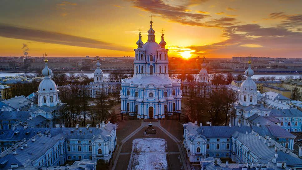 В таком виде история преподнесла нам Смольный монастырь в Санкт-Петербурге, один из лучших ансамблей русского барокко