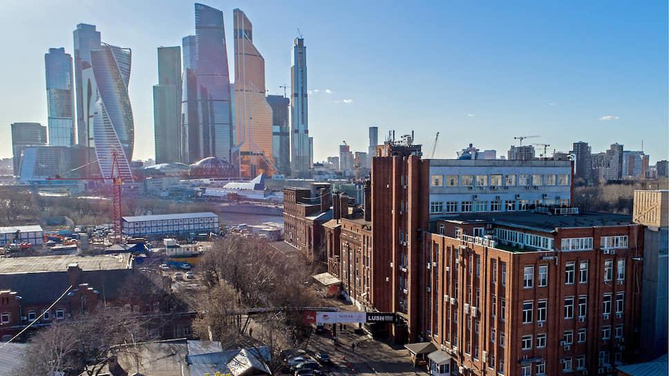 Так выглядит территория бывшего Бадаевского пивоваренного завода в Дорогомилово сегодня. На заднем плане — «Москва-Сити»
