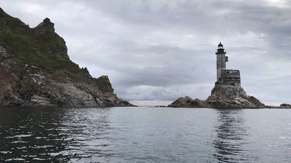 До маяка водным путем добираться от 40 минут до часа — это зависит от типа лодки и погоды