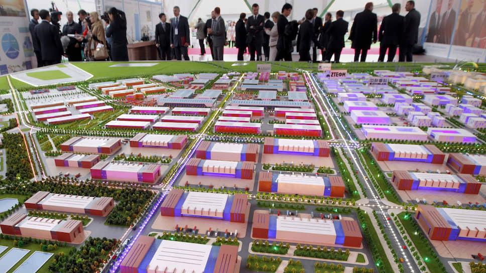Говорят об индустриальном парке много, макет будущей «теплицы технологий» впечатляет. Но до воплощения мечты пока еще далеко
