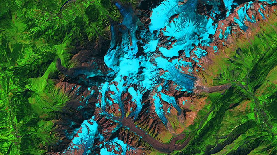 На этой спутниковой фотографии НАСА — часть массива Монблан. Сползающий на Италию ледник Планпансьё — вверху справа