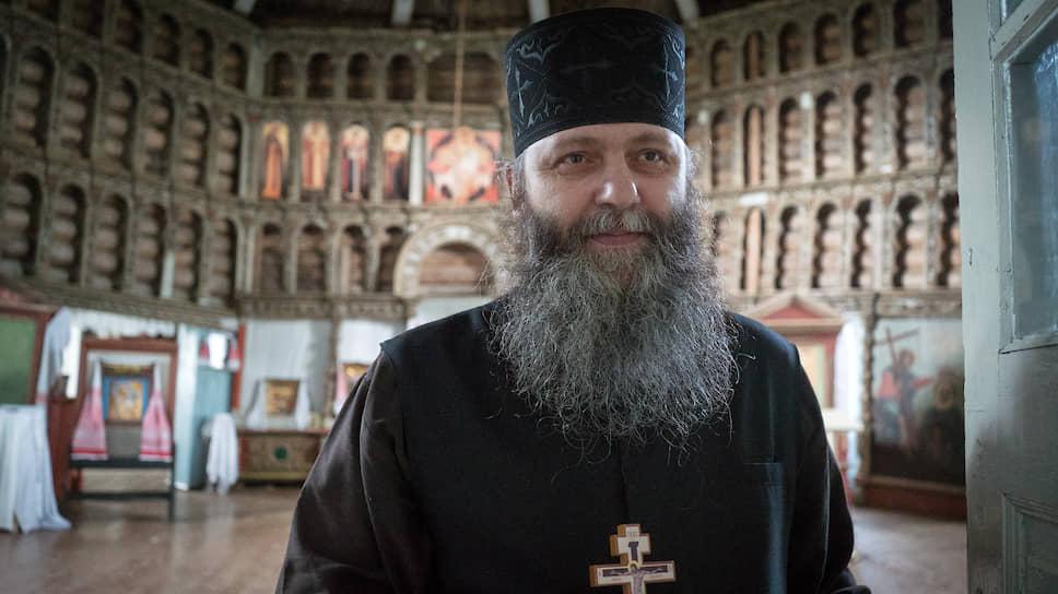 Настоятель Александро-Ошевенского мужского монастыря игумен Феодосий (Курицын) в церкви Богоявления Господня (построена в 1787 году), у расхищенного иконостаса