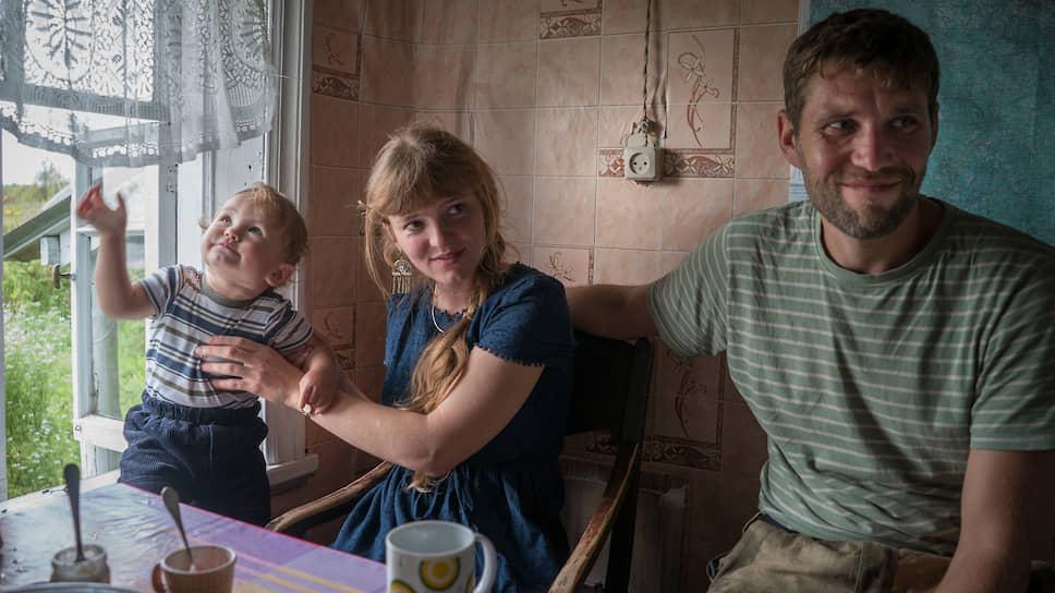 Надежда Соколова и Александр Сапрыкин с сыном Юрой в доме у местного жителя в селе Бережная Дуброва