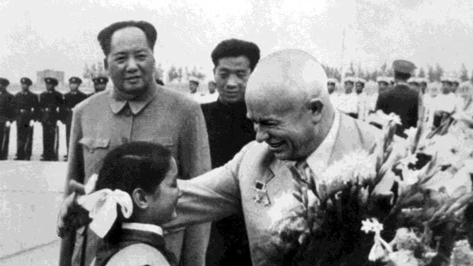 Пекин. Первый секретарь ЦК КПСС Никита Сергеевич Хрущев во время визита в Китай. Его приветствует китайская школьница. Слева — Мао Цзэдун