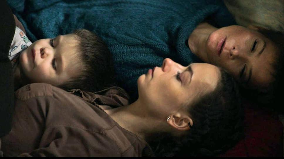 Современная семья блуждает в социальных потемках (кадр из фильма «Мысленный волк», 2019 год)