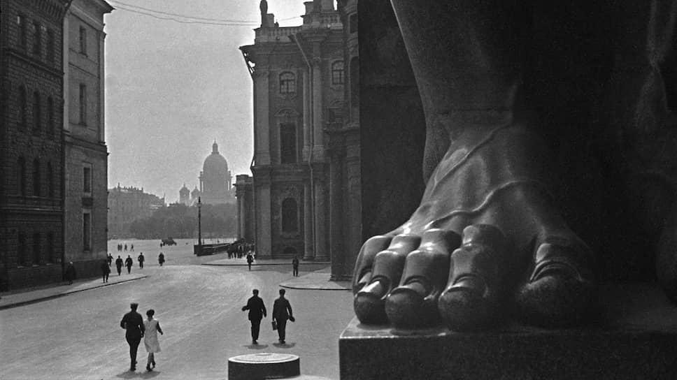 Борис Игнатович. «У входа в Эрмитаж», 1931 год