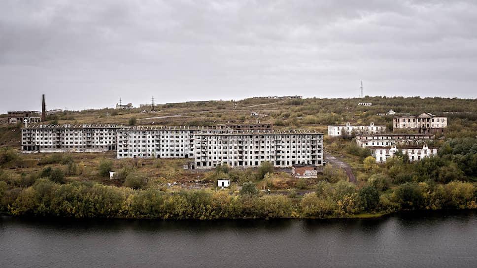 Поселок Рудник расположен за рекой Воркутой. Слева — брошенные дома, которые местные жители называют «близнецы»