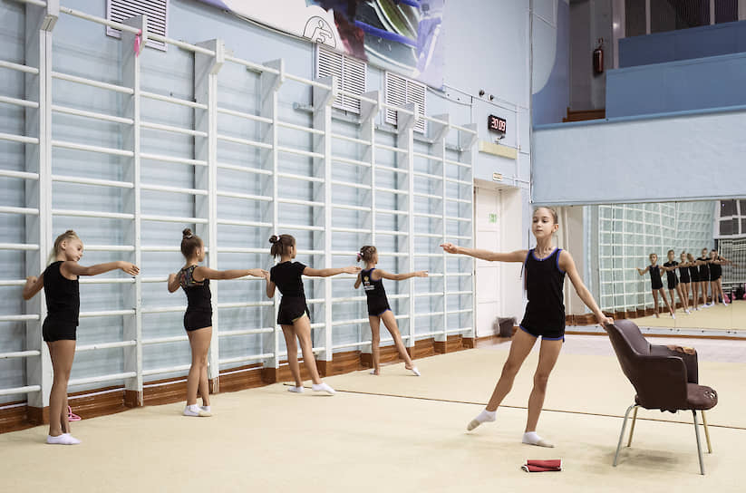 Занятие художественной гимнастикой во Дворце творчества детей и молодежи Воркуты