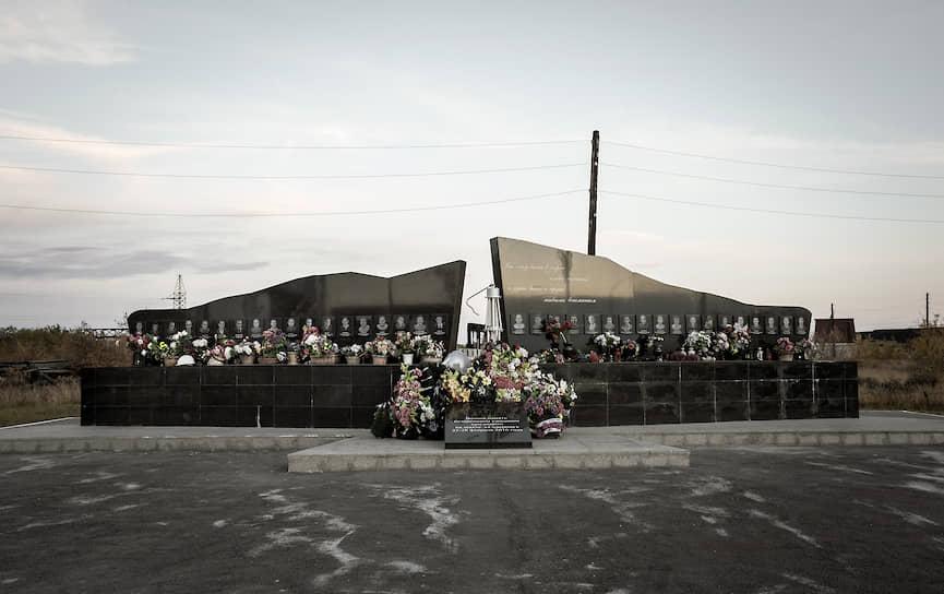 Памятник погибшим в 2016 году во время взрыва шахтерам и горноспасателям шахты Северной