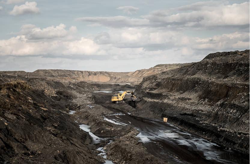 Техника работает в Юньягинском разрезе — единственном месте за Полярным кругом, где уголь добывают открытым способом