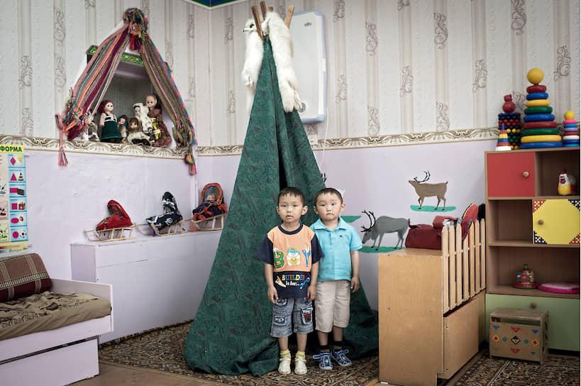 Воспитанники интерната для детей оленеводов в воркутинском поселке Воргашор. Детей оленеводов привозят сюда из тундры на вертолетах на зиму
