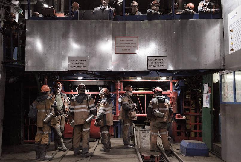Шахтеры воркутинской шахты «Комсомольская» перед спуском в забой. Шахтеры в Воркуте получают самые большие зарплаты — 50 тысяч рублей