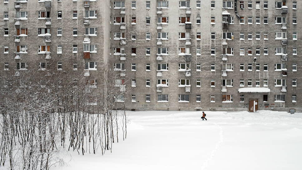 Самое большое общежитие в Воркуте. Здесь много брошенных квартир. На некоторых этажах не горит свет