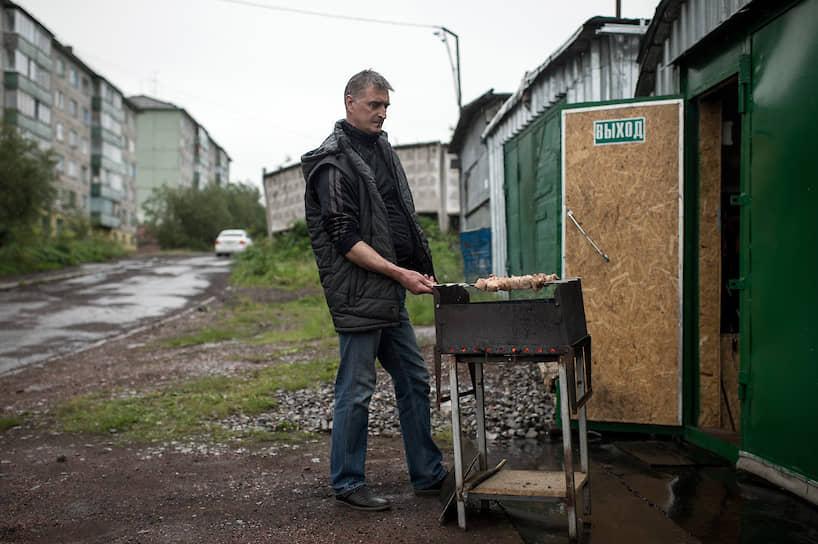 Этот мужчина называет свой гараж «загородным домом» и готовит здесь шашлыки