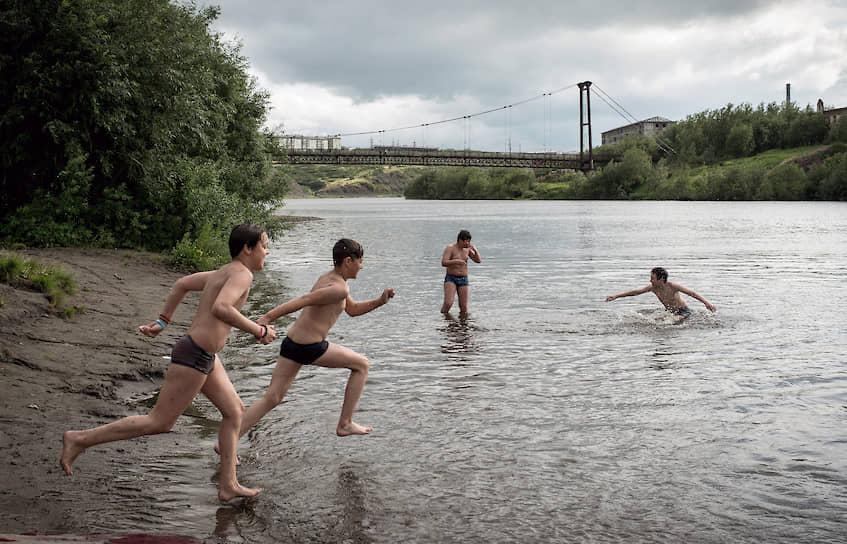 В июле можно искупаться в реке Воркуте. Температура воздуха около 20 градусов
