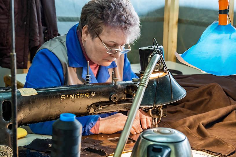 Только старинный промышленный Singer может тщательно прошить натуральную кожу для сидений