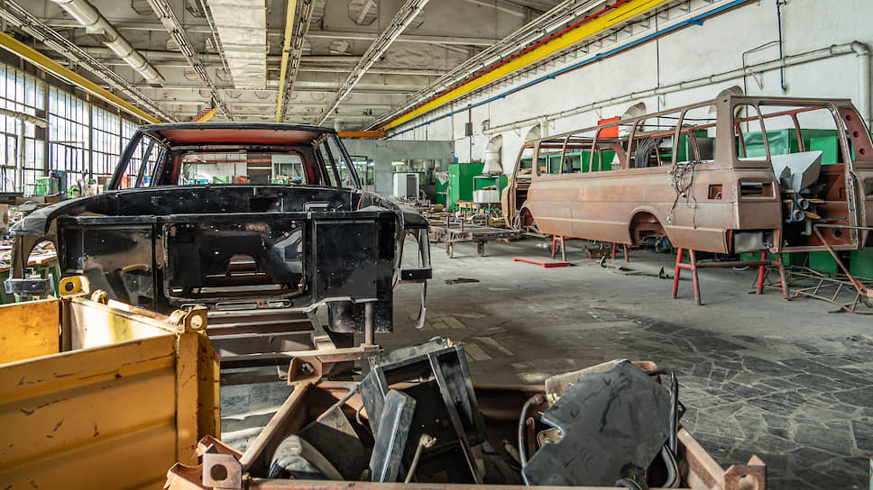 Автомобили для членов Политбюро выпускались ограниченными партиями не более 20–25 штук в год. Справа: корпус «представительского» микроавтобуса «Юность» ЗИЛ-118К, почти не производившийся серийно, слева: корпус ЗИЛ-41047, особо ценимого коллекционерами