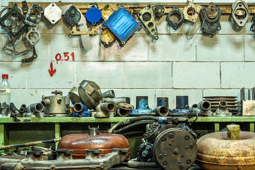 Рабочее место мастера по настройке двигателей не менее живописно, чем лаборатория ученого