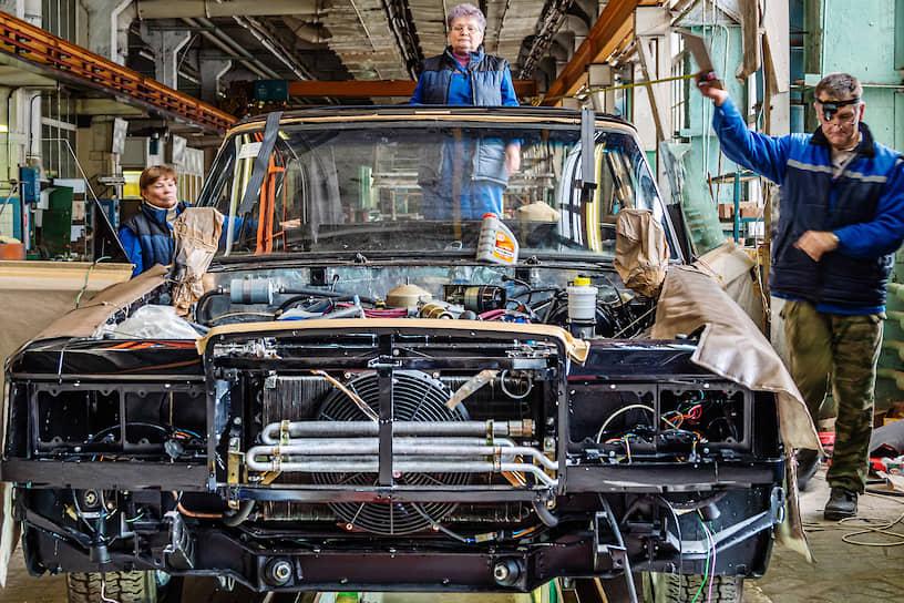 Во времена СССР здесь выпускали роскошные лимузины, которые участвовали в парадах Победы, возили генсеков и встречали высоких иностранных гостей, прибывавших в столицу нашей Родины