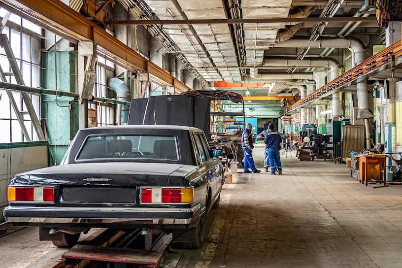 Легковой автомобиль марки ЗИЛ в советские времена был недоступен простым смертным. Сейчас его может купить любой желающий, но стоить он будет дороже, чем квартира в элитном доме