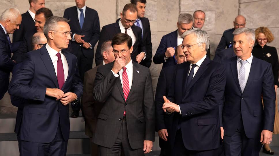 Картинка со встречи глав военных ведомств стран НАТО в Брюсселе отражает атмосферу мероприятия: тут и растерянность, и досада, и общий дискомфорт. На фото: генсек НАТО Йенс Столтенберг (крайний слева) и шеф Пентагона Марк Эспер (в центре) явно не в духе