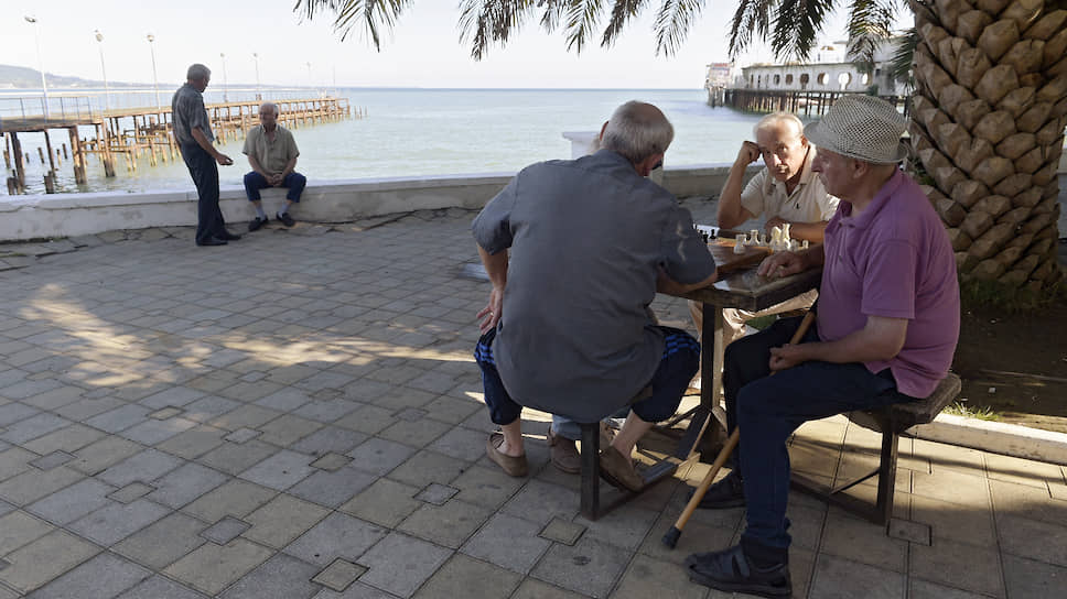 Пожалуй, именно шахматисты на сухумской набережной — лучшее подтверждение того, что жизнь здесь идет своим чередом