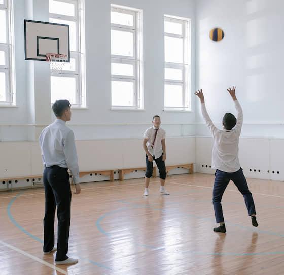 На перемене можно поиграть в мяч в спортивном зале. Прежде такого красивого у гимназии не было, зато в новом здании теперь есть