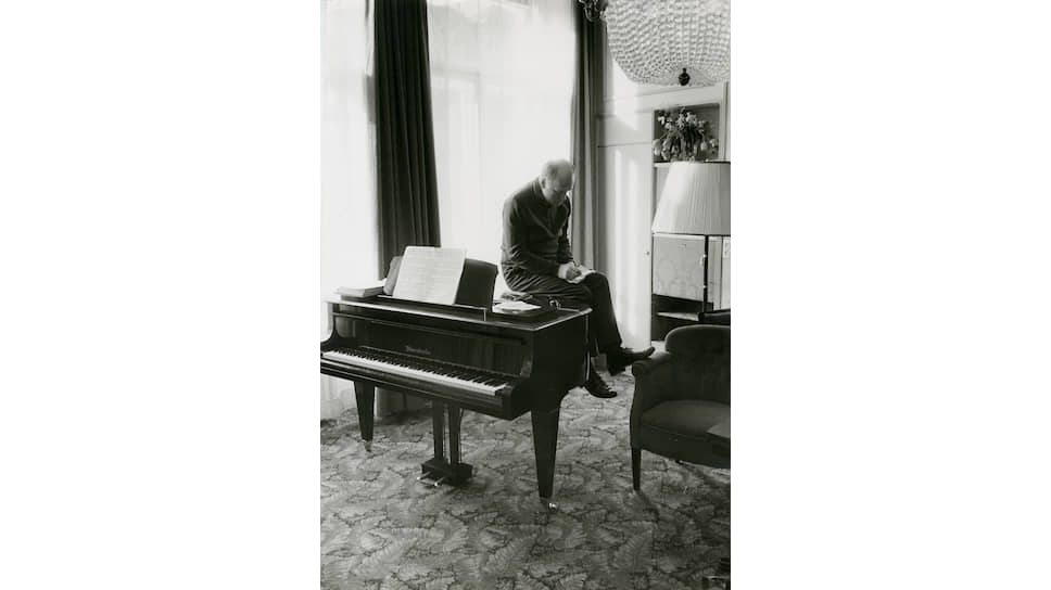 Святослав Рихтер в номере отеля. Вена, 1962