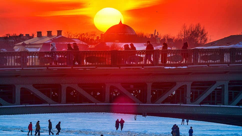 Зимнее солнце хоть и светит ярко, но витамин D под его лучами вырабатывается плохо