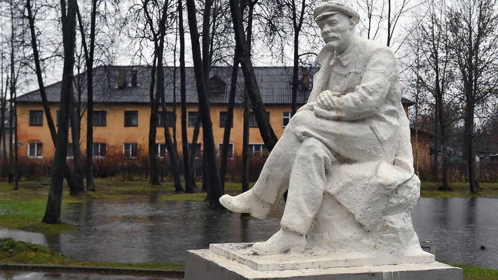 Еще одна гордость Дно — памятник Ленину, редкий, «сидячий»