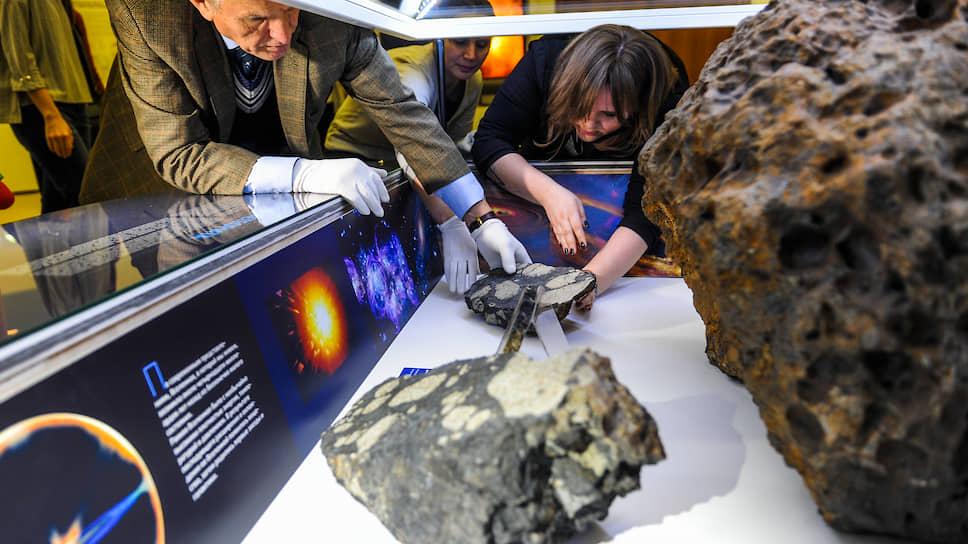Метеориты — важнейший источник знаний о нашей Вселенной. На фото: челябинский метеорит, который относится к группе хондритов. Именно в похожих камнях сейчас обнаружили органику