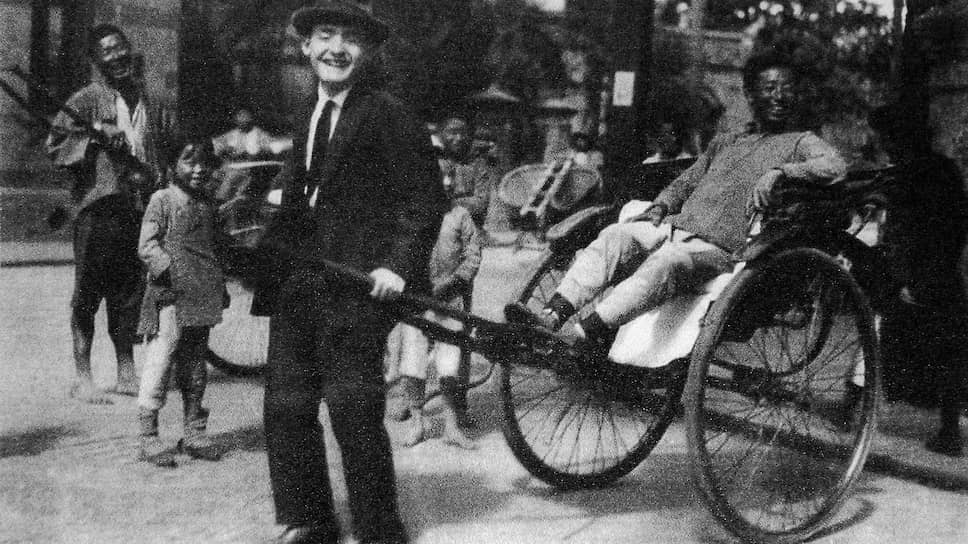 Шанхай — один из транзитных пунктов на маршруте, по которому из Германии выехали десятки тысяч (на фото из Музея еврейских беженцев в Шанхае, созданного на базе синагоги,— один из них). За период с 1933 по 1941 г. только через Шанхай прошло более 30 тысяч человек. Здесь им было проще, чем в британском Гонконге, где еврейским эмигрантам  запрещали сходить на берег