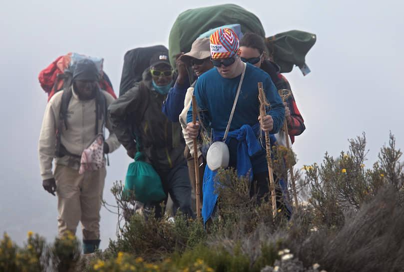 Почти все вещи особенных участников были на плечах у потреров — услуги этих носильщиков уже включены в стоимость тура и отказаться от них нельзя, таковы законы Танзании