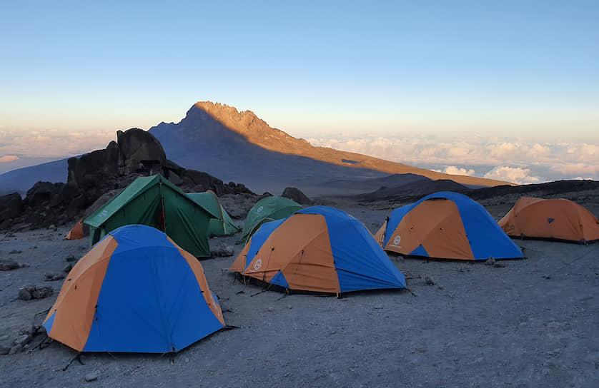 Палатки участников благотворительной экспедиции