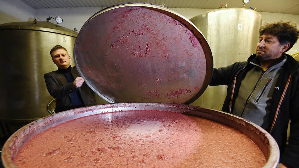 Александр: «Сейчас мы производим порядка 40 тонн сидра в год. Какой-то выдерживаем в старых бочках из-под вина, в какой-то добавляем ягоды — экспериментируем»