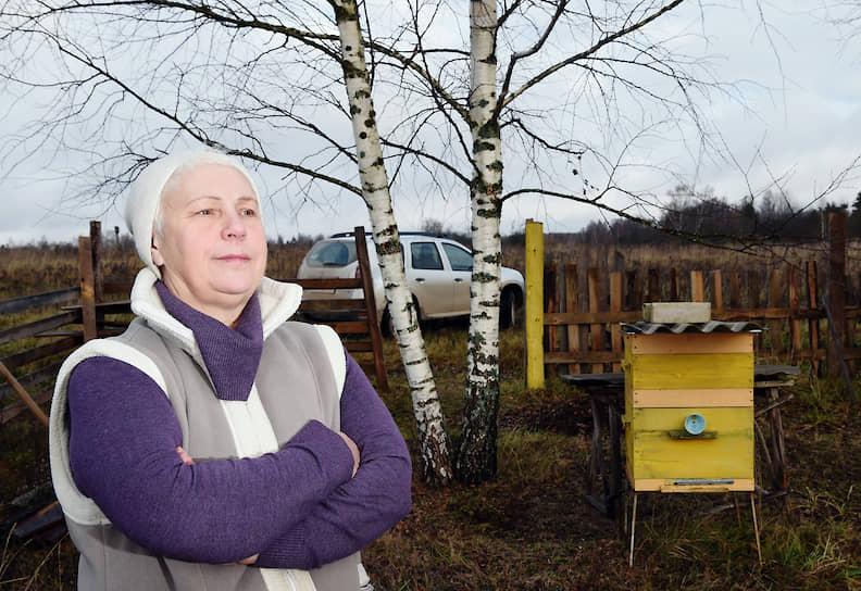 Ирина: «У меня сейчас одна семья пчел. Я сама поймала рой: залезла на дерево, сняла его, посадила в домик»