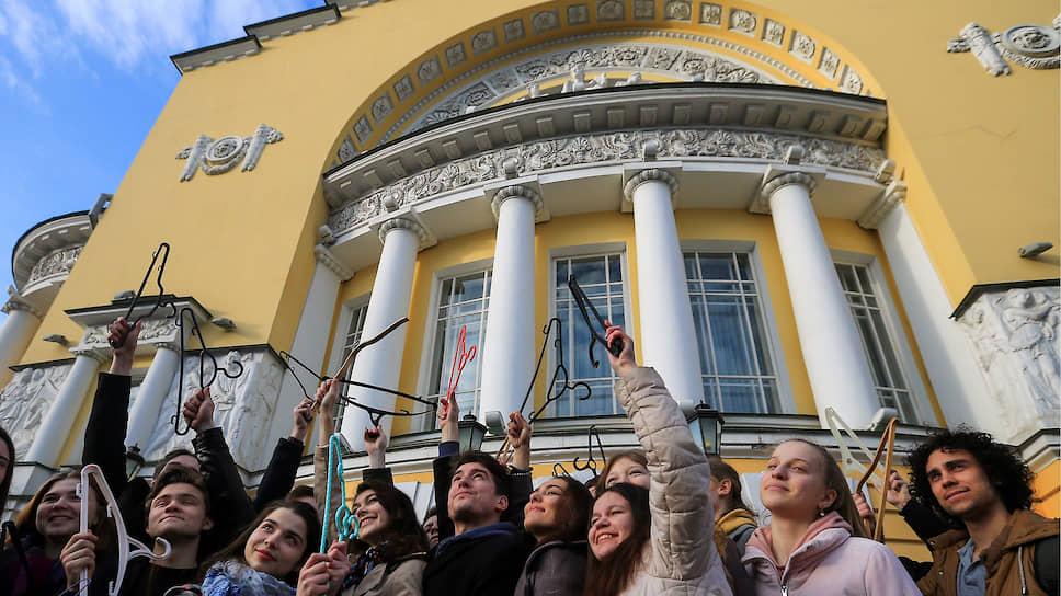 Весной 2019 года жители Ярославля протестовали против объединения Волковского и Александринского театров