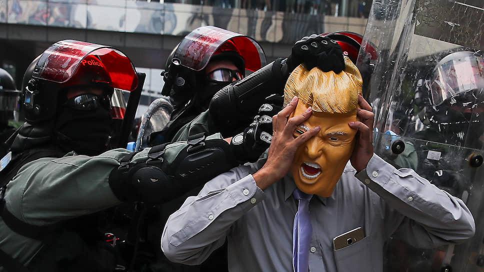 В ходе протестов в Гонконге досталось и замаскированному под президента США манифестанту