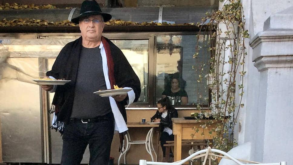 Поэт и шеф Мирча Динеску в своем ресторане «Политика и деликатесы»