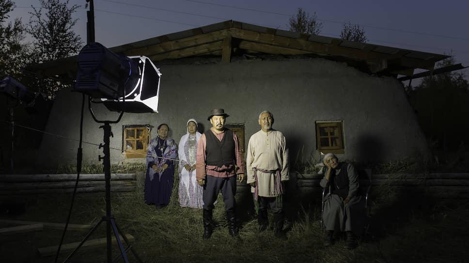 Актеры фильма «Тиэтэйбит» («Поспешивший») на съемочной площадке. Фильм снят по одноименной комедии классика якутской литературы Николая Неустроева