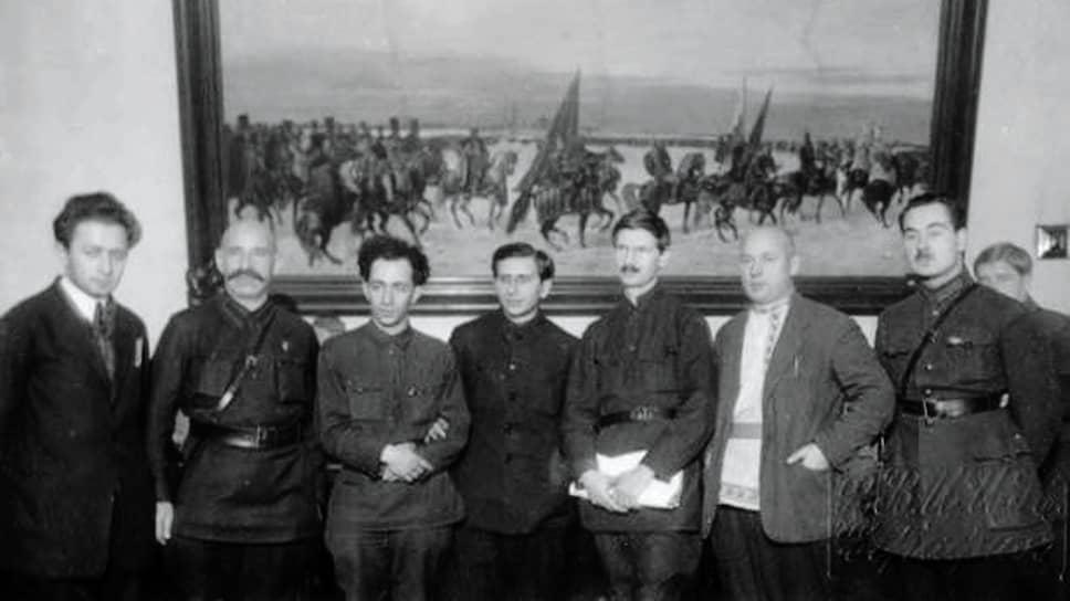 За процеживанием документов, имеющих отношение к сталинской биографии, надзирала небольшая группа (слева направо): тов. Маховер, Беленький, Каннер, Назаретян, Товстуха, Самсонов, Петерсон