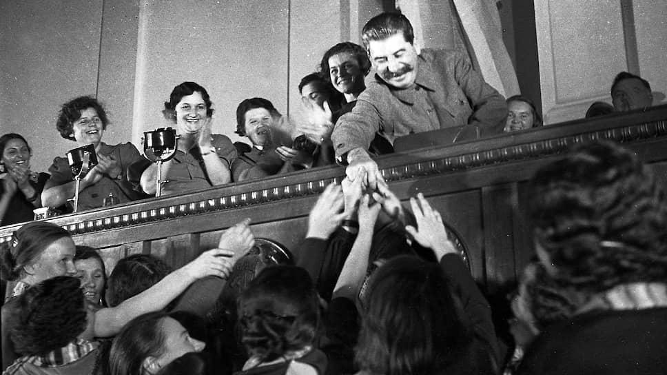 Лишившись реальной биографии, Сталин стал отцом нации. На совещании жен командиров РККА. Москва. 1936 год
